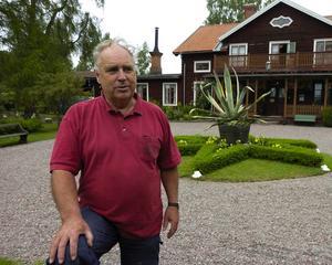 Vänner. Leif Kihlström är personlig vän med varje liten planta i trädgården.