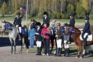 Säterbygdens ridklubb har utmärkt sig på tävlingsbanorna i ponnydressyr. På bilden: Ryttarna i ridklubbens lag 1 och 2.