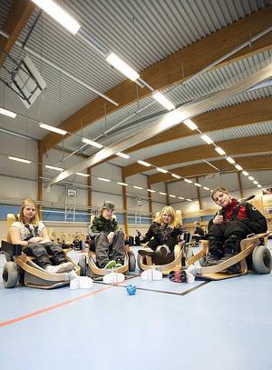 Här är några av deltagarna i träningslägret för elhockeyspelare. Från vänster Kajsa Berner, Johanna Mårtensson och Sebastian Baron. FOTO, Jörgen Svendsen