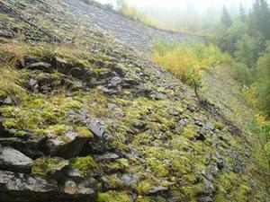 Stora Helvetet ligger precis innan gränsen till Norge. Ungefär 100 meter nedanför går E 14.