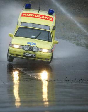 Länets ambulanser kör totalt uppemot 130 000 mil per år. För ett par veckor sedan inträffade den första viltolyckan på ett och ett halvt år. Bilden är tagen vid ett annat tillfälle.