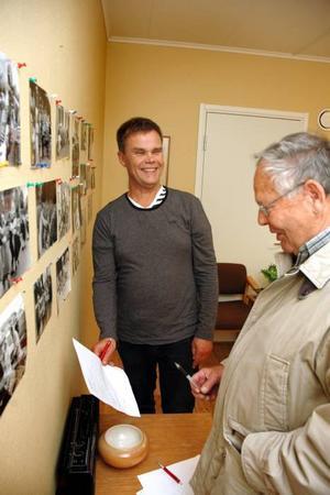 KÄNDIS. Rune Zetterström hittade en bild på sig själv. Arbetarbladets Conny Svensson skriver upp namnet på bilden.