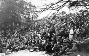 Publiken på Stadsberget följer intresserat TT-loppet 1930.