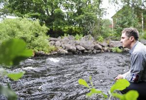 Jonas Engberg inventerar vattendragen i Bollnäs kommun.