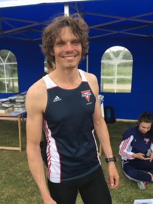 Per Sjögren, som i vintras slog nytt svenskt M35-rekord på 5 000 meter inomhus, slog Åke Durkfeldt 65 år gamla M35-distriktsrekord på 3 000 meter med åtta sekunders marginal.