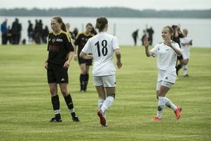 SDFF inledde Mid Norden Cup 2015 med en 4–2-seger mot Obbola/Sandvik. Första målskytt var Wilma Edman som här gratuleras av klubbkompisen Clara Carlsson.
