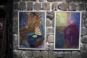 Två oljemålningar från 1950-talet: Brun dam, och Violett dam.