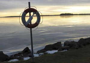 Var försiktig med att gå ut på sjön i helgen. Det milda vädret den senaste veckan kan ha försvagat isen.