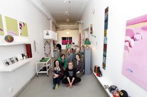 Korridoren blev ett skönt galleri. Anna Abrahamsson, Eva Österberg, Marie Lindgren, Mari Jäderberg Vasdekis, Stöt Britt-Inger Loman, Margareta Tideström Persson är två tredjedelar av gänget bakom Mono. I bakgrunden två unga besökare.