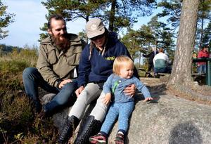 De hoppas på turism i området. – Därför är det viktigt att bevara naturreservatet, säger Victor Gamalan. Här tillsammans med familjen, Camilla och Olivia Ersson.Foto: Samuel Borg