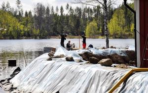 Familjens hus har blivit nationellt känt sedan SVT var på plats i helgen och filmade. I måndags fanns de åter på plats för att dokumentera översvämningen på dryga två meter.