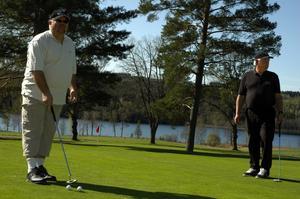 """Fina banor. Banorna är fina förklarar Jonny Toresson och Lars """"Pudas"""" Nordlander, två som spelade på Säters golfbana på fredagen."""