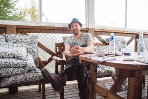 Vandrarkängorna är det bästa han har tycker artisten Per Stiko Larsson som vandrar och spelar genom Hälsingland denna vecka.