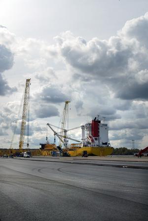 Kommunfullmäktige godkände i går investeringar som gör det möjligt att bygga nytt järnvägsspår till hamnen över Näringen och muddra för att bredda inseglingsrännan.