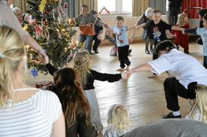 Ringdans. Många kom till Smedgården för att dansa ut julen.