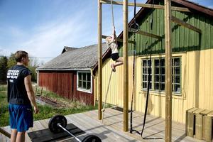 Saga är sex år och är riktigt duktig på att klättra upp i repet. Bäst av allt är att gunga på knuten men när hela familjen är i träningstagen så hakar hon på.