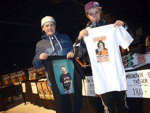 Johannes Karlsson och Linus Olsson passade på att handla vid souvenirståndet.