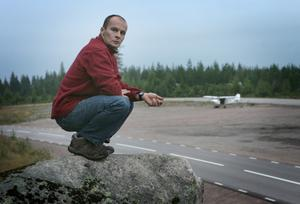 Kollade väderläget. Thierry Duchesnes insåg när skymningen föll att vädret fortfarande var sådant att han inte skulle kunna flyga vidare under söndagen. Foto:Peter Ohlsson
