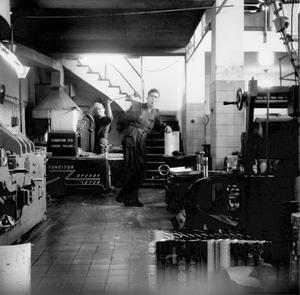 VLT-tryckeriet 1950. Sven Andersson poserar vid de färdiga tidningssidorna i tryckhallen vid Skomakargatan.