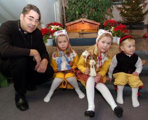John Sund, här med några barn i Gagnefs kyrka, är övertygad om att Gagnef kommer att klara sig bra även om det under de närmaste tio åren kommer att hända mycket inom pastoratet.