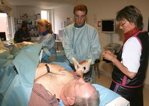 Hjärtläkaren Robert Kastberg på PCI-labb vid Gävle sjukhus går in i ett kärl i Stigs arm. Där kan man föra in ballonger som öppnar kärlen och sedan lägga in små metallrör som gör att kärlen inte förträngs snart igen.