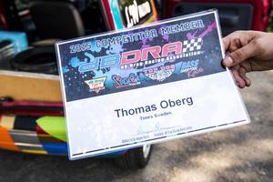 Thomas Öberg visar upp sitt medlemsbevis för den internationella billjudsklubben.