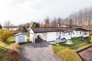 Huset på Herrgårdsvägen 9 har fem rum. Foto: Svensk Fastighetsförmedling Falun