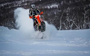 Snowbiken One Track Ranger är en ombyggd crossmotorcykel där bakhjulet ersatts av ett drivband och framhjulet av en skida.