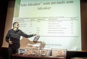 Tomas Östberg, miljökemist på Jegrelius, talade om farliga kemikalier i leksaker.