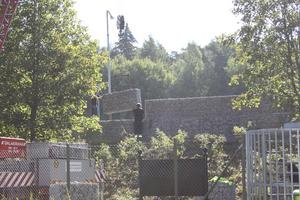 självbärande. Block för block byggs stenmuren upp, här på vallen strax intill bron över Svartån och utanför friluftsområdet.