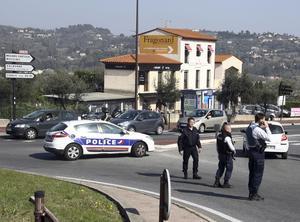 Polisen i Grasse i Frankrike söker den gärningsman som forttfarande tros vara på fri fot.