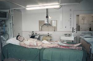 Tredje pris, årets nyhetsbild. Foto: Pieter ten Hoopen, MOMENT. Brandvårdsintensiven. Eshan Ghorbani, 27, kommer från den lilla byn Soltan i södra Afghanistan och tillhör en shiitisk minoritetsgrupp. 2001 dödades Ehsans pappa av talibaner och flera av hans familjemedlemmar misshandlades. Han bestämde sig för att fly och efter fem månaders flykt kom han till Sverige där han söker uppehållstillstånd. Samtidigt blev även hans båda bröder och hans mamma brutalt misshandlade och mördade av talibaner, deras näsor och öron skars av och sedan halshöggs de. Efter dödsbeskedet hamnade Ehshan i en djup depression men blev aldrig erbjuden hjälp och hans mentala hälsa försämrades snabbt. Efter ett tredje avslag från Migrationsverket måste Eshan lämna Sverige. Han går direkt in på Migrationsverkets toalett, häller bensin över sig och tänder eld på sin kropp. Under ett halvår på BRIVA i Linköping svävar han mellan liv och död. Idag är han på rehabilitering, men kommer att skickas tillbaka till Afghanistan sommaren 2010. FN:s flyktinorgan UNHCR riktar stark kritik mot Sverige som skickar tillbaka afghaner och irakier tillbaka till sina hemland.