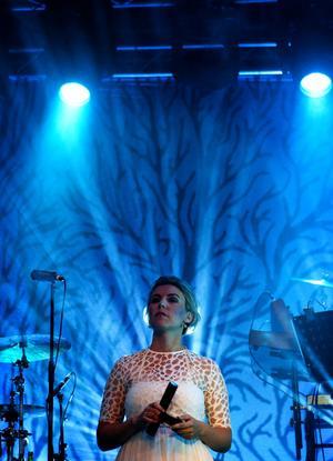 Linnea Dixgård sjunger med klar stämma, bland annat i den allra sista låten Titania, som blir som ett extra extranummer.