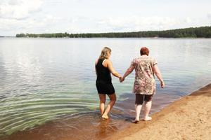 Rose-Marie Jansson och Kristina Berglund, från Fleminggatans vård- och omsorgsboende i Gävle, var på besök och passade på att doppa fötter i vattnet.
