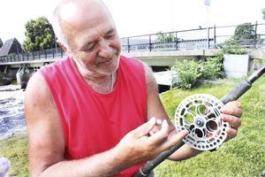 """Fisket betyder mycket för Papi.  Här visar han den bosniska rullen """"kolo""""."""