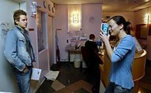 Foto: LEIF JÄDERBERG Försmak. Blir David Svenneke antagen kommer han att ha kameror inpå sig dygnet runt. Castingassistenten Nathalie Jeres fotade ett trettiotal förväntansfulla i går.