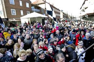 Tusentals Sandvikenbor gav bandyhjältarna sin kärlek i Krysset på lördagen.