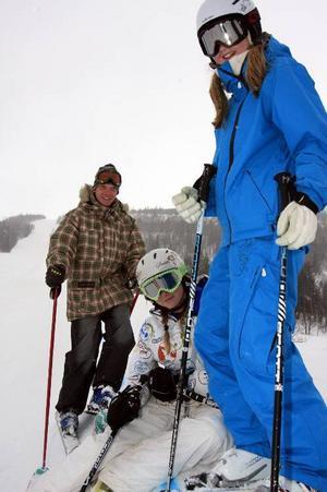 Urban och Malou Peterson och Lovisa Sahlberg, Åre Slk, laddar inför Big Air uppe vid  1 000-metersliften.