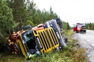 Föraren fördes med oklara skador till Hudiksvalls sjukhus.