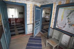 Möblerna i stugorna hör nödvändigtvis inte till dem, utan är placerade så de passar in i miljön och årtiondet.
