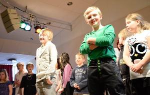 Trivdes. William Wecklauf och Valdemar Eliasson sjöng tillsammans låten Var nöjd med allt som livet ger ur Djungelboken. I bakgrunden syns delar av kören.
