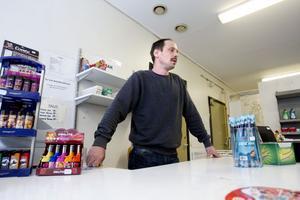 """Ökar efter hand. """"Jag har smygstartat i liten skala och utökar efter hand"""", säger Gävlebon Pierre Jansson som öppnade butik i Åshammar när han blev utförsäkrad."""