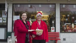 Utdelning. Besökarna får var sin julklapp, berättar Anneli Roth och Annette Bagger, Röda korset i SKinnskatteberg.