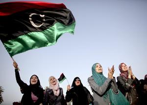 Inte bara miljarder. Det är inte antalet miljarder dollar som avgör hur det går för en ny libysk stat. På bilden: Libyska kvinnor firar avslutandet av fastan med den nygamla libyska flaggan som använts i upproret mot Gaddafis regim. Arkivbild: Alexandre Meneghini/Scanpix-AP