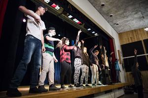 Revyn avslutas med en dans där hela klassen med skådespelare och ljudtekniker ska synkronisera sina kroppar.