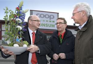 Kommunalrådet Olle Nilsson Sträng, butikschef Kjell Nyberg och Konsum Gävleborgs vd Anders Stake är alla nöjda över satsningen i Kilafors.