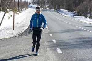 Den 29-årige skidstjärnan Lars Nelson, som bor i Bruksvallarna, växlar spår. Han lämnar skidåkningen och satsar på en högskoleutbildning i programmering.