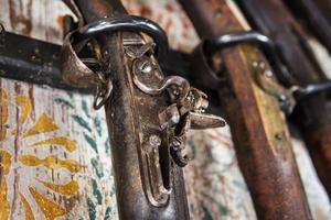 I smedjan tillverkades flintlås till lodbössorna.