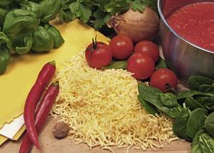 Var inte blygsam vid smaksättningen av lasagne. Spenat, chili, örter, nyriven muskotnöt och rikligt med riven ost är exempel på  bra grundråvaror.