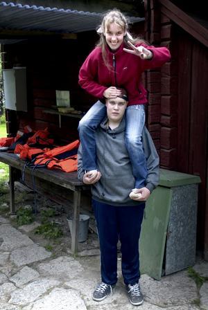 Lägrets starke man. Torbjörn Sjögren bär Hanna Lif på sina axlar. –Jag skulle orka två stycken om det var så. Jag orkar ju farsan, så.., säger Torbjörn Sjögren självsäkert. Foto:Karin Rickardsson